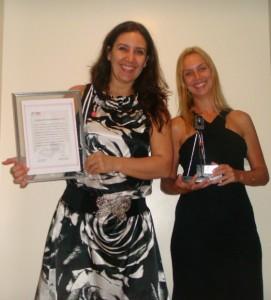 A diretora Roberta Bigucci e a gerente de planejamento Amanda Martins com o prêmio