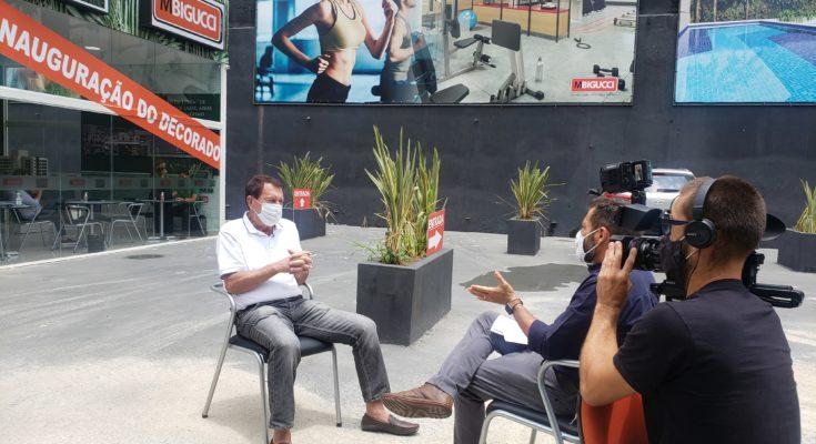 Milton Bigucci presta entrevista em estande de vendas na Aclimação/SP, o VERT MBigucci.